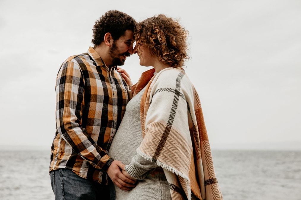 femme enceinte photographies grossesse exterieur couple bisous calin rire lac leman thonon douvaine evian annemasse geneve Lausanne
