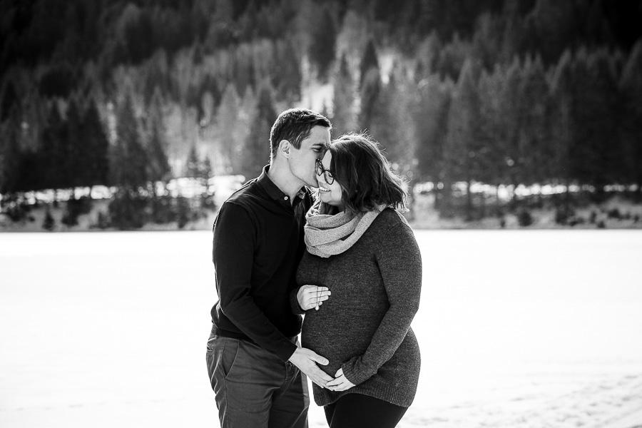 seance photo de grossesse dans la neige en hiver avec un couple noir et blanc à la montagne près de Thonon