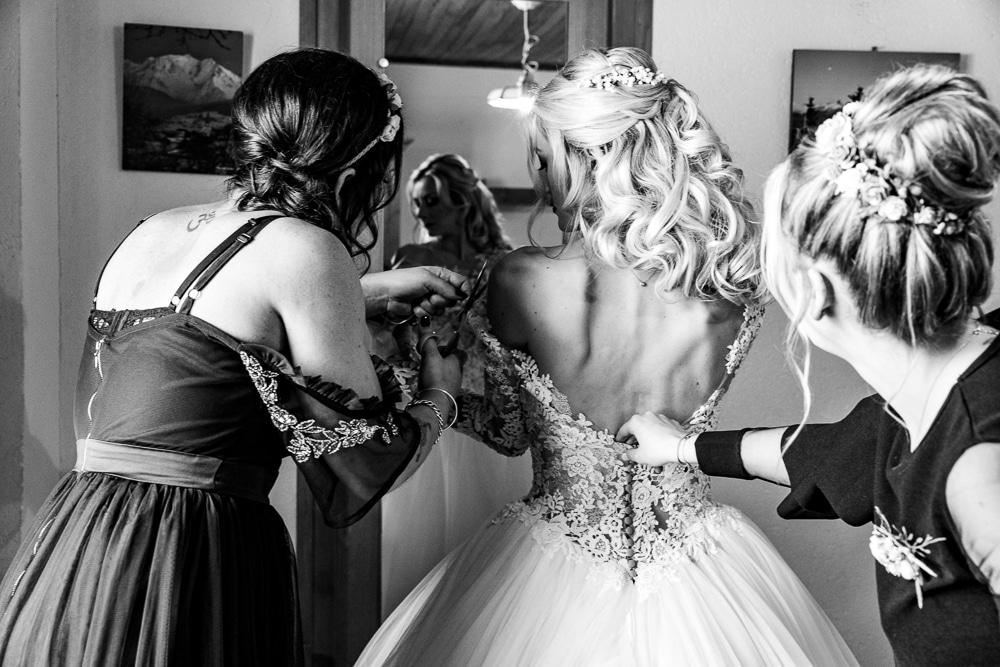 photographe mariage preparatifs robe de mariee demoiselles d'honneur montriond domaine du baron neige
