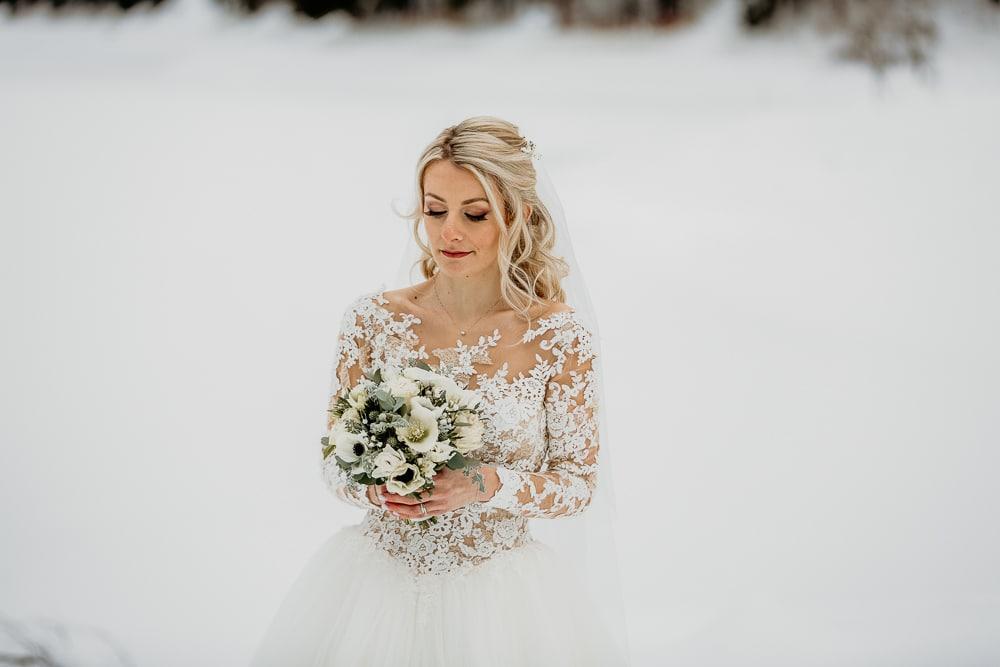 photographe mariage preparatifs robe de mariee demoiselles d'honneur montriond domaine du baron neige bouquet