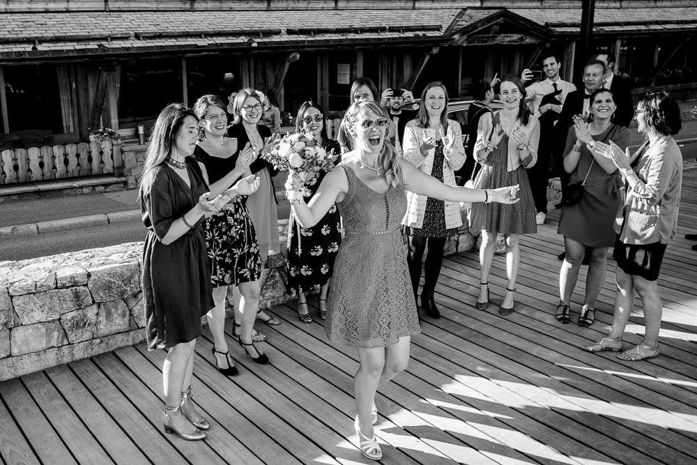 photographe mariage les gets bouquet lancer copines temoin demoiselle d'honneur