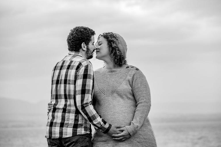 femme enceinte photographies grossesse exterieur couple bisous lac leman thonon douvaine evian annemasse geneve Lausanne noir et blanc