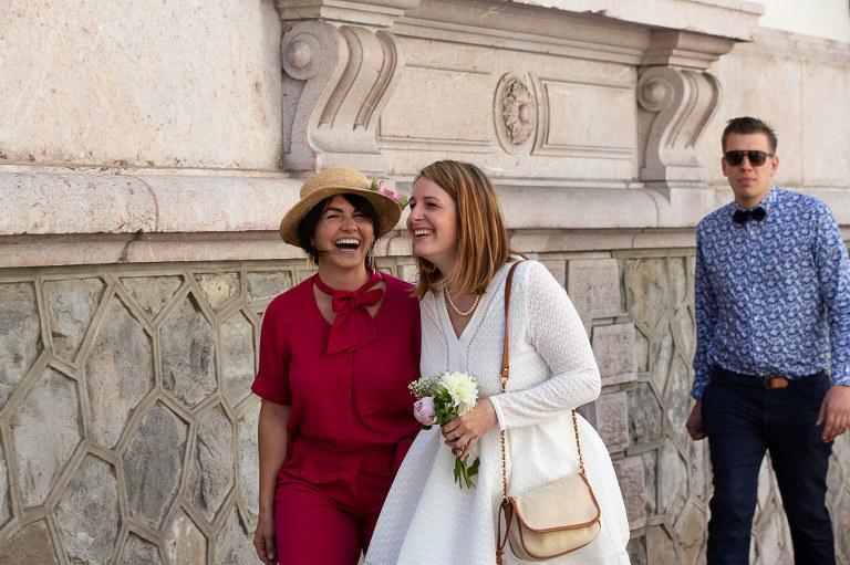photo mariage à la mairie d'Evian ceremonie civile mariée et sa témoin